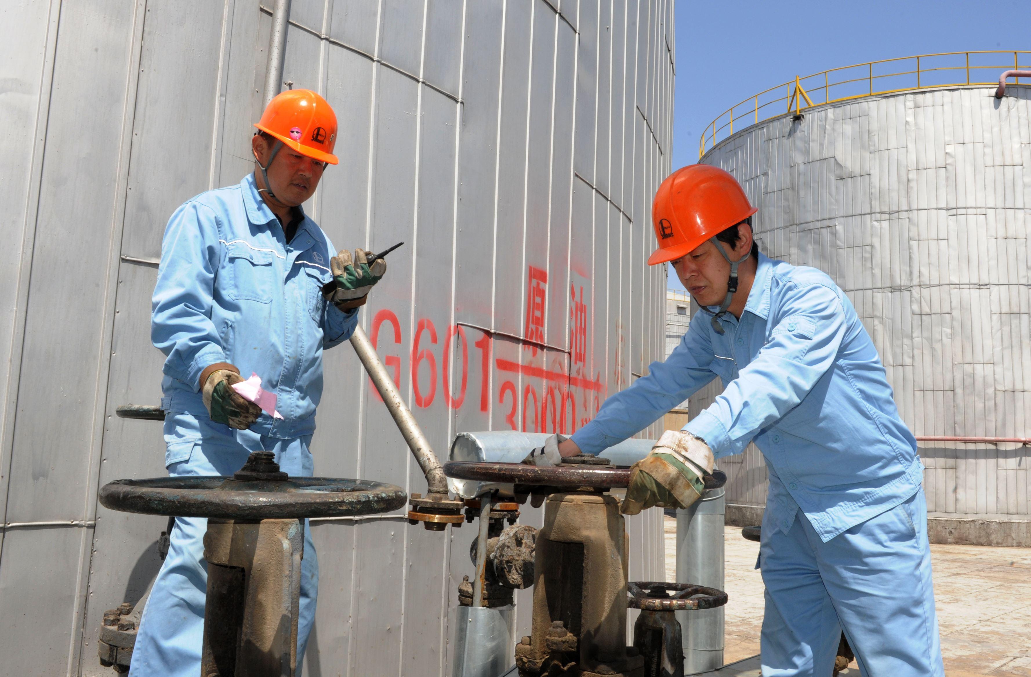 油品车间认真做好夏季安全生产现场安全隐患排查工作,不留死角,确保油品罐区安全平稳运行